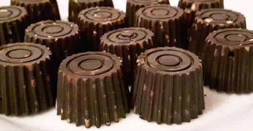 Bombons de chocolate negro com frutos secos